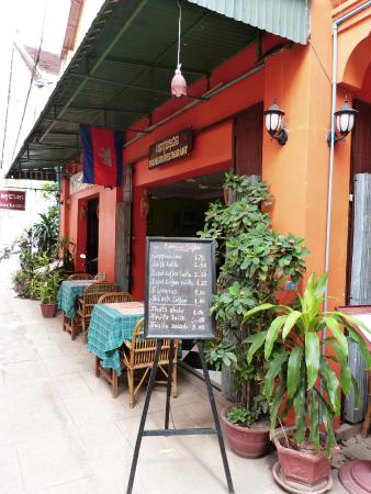 Neth Socheata Hotel: Breakfast and dinning area outside the Hotel