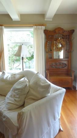 Corbett House Country Inn: A comfy couch to sit and read on.