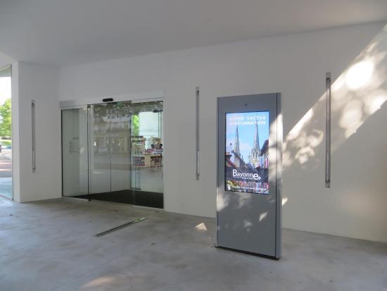 La borne tactile ext rieure picture of office de tourisme de bayonne bayonne tripadvisor - Bayonne office de tourisme ...