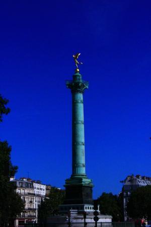 Hotel Paris Bastille: Если выглянуть в окно и взглянуть налево - площадь Бастилии
