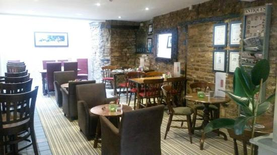 The Punchbowl Inn: nice area for drinks or eating