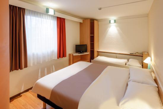 Ibis Darmstadt City: Guest Room three bed