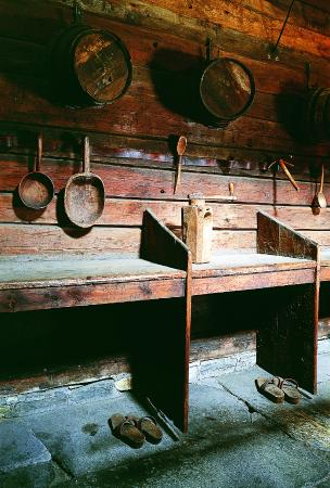 Det Hanseatiske Museum og Schoetstuene: The booths with tools in the old fire-house/cook house in Schøtstuene
