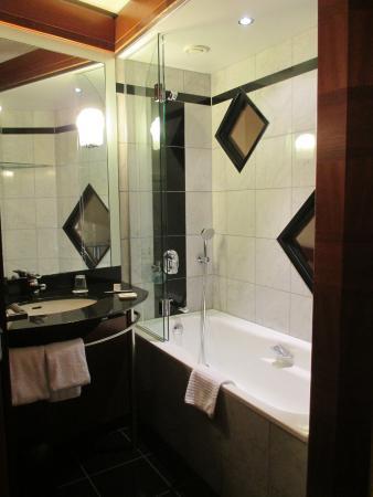 Seaside Park Hotel Leipzig: オシャレなお風呂。浴槽もあり、久々にお湯に浸かれて疲れも吹っ飛んだ。