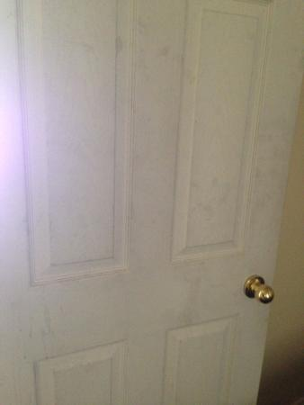 Villa Nova Motel Resort: Doors and walls all marked like this.