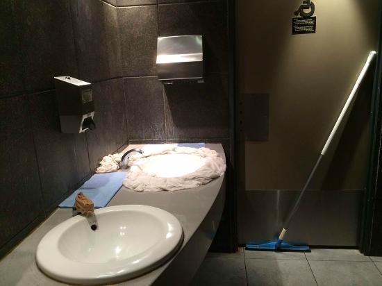 mc donald champs elys es juillet 2015 toilettes extr mement sales et odeur infecte picture of. Black Bedroom Furniture Sets. Home Design Ideas