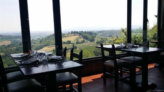 La salle de restaurant et sa baies ouverte sur la campagne - Foto di ...
