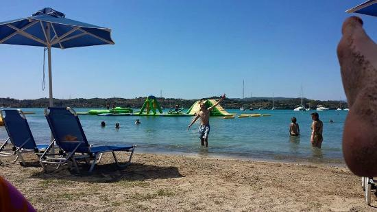 Hotel Rozos : La plage avec jeux gonflables, en face de l'hotel