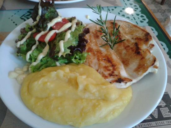 Minha escolha para o almoço: Peito de frango grelhado com salada verde e purê de mandioquinha.