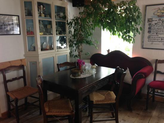 Mitten im Wohnzimmer ein Baum :-) - Bild von Cafe Kluntje, Baltrum ...