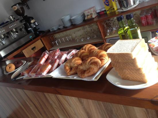 Posada EL Jardin: Desayuno rico!! Por 3 euros nos exprimieron zumo, cafés, quesada casera, sobaos, tostadas, crois