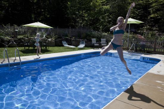 Bartlett Inn heated Pool fun!
