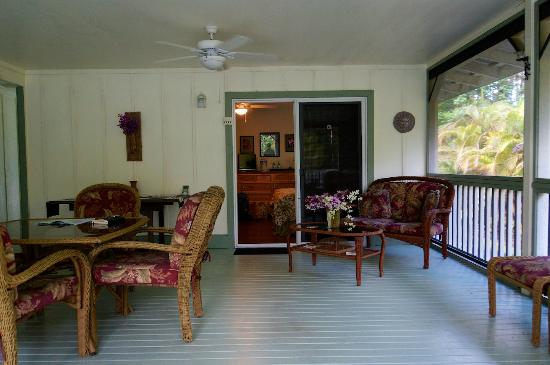 The Ohia House: breakfast and sitting area