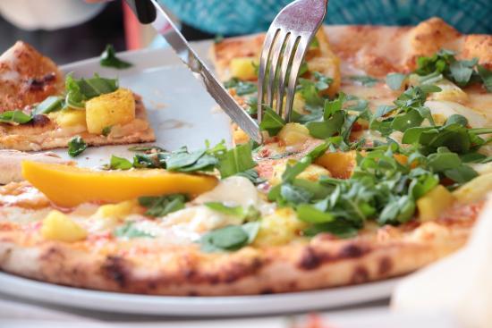 Ristorante Albrici: Exotische Pizza mit Curry und Früchten