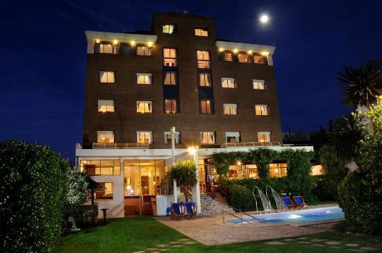 Niken Hotel Spa & Business Center : Vista trasera hotel
