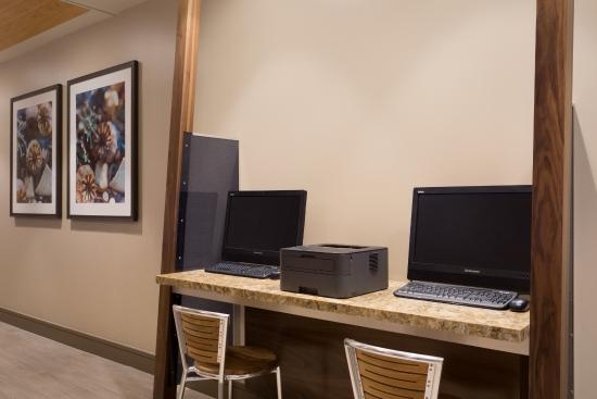 Wyndham Santa Monica At The Pier: Complimentary Lobby Workstations