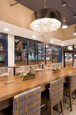 Wyndham Santa Monica At The Pier: Restaurant Communal Table
