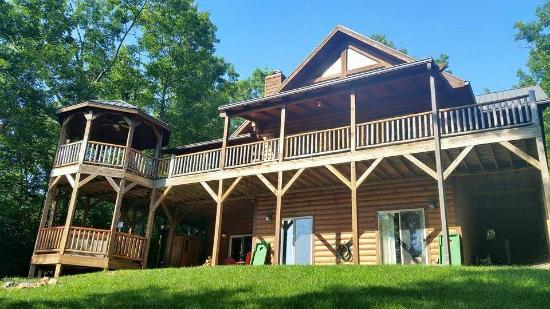 Lands Creek Log Cabins: plenty of outdoor seating for views of the mountains