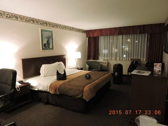 Rodeway Inn Springhills Lake George: cama enorme, e mesmo assim ainda sobra espaço