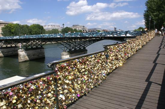 Pont des arts et cadenas sur la barriere du quai photo de pont des arts pa - Pont des cadenas paris adresse ...