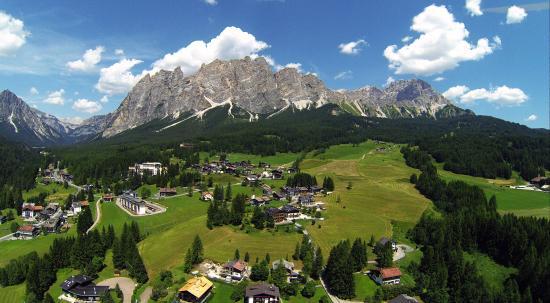 Menardi Hotel: Scorcio di Cortina scattato con il drone.