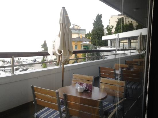 terrazzo attrezzato per un drink - Foto di Remisens Hotel Admiral ...