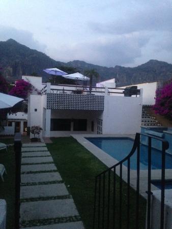 Villas Xochiquetzal Hotel: Alberca/jacuzzi y terrazas.