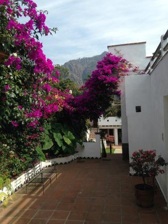 Villas Xochiquetzal Hotel: Pasillo camino a las habitaciones del fondo.