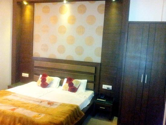 Hotel Namaskar Residency: Bedroom-1