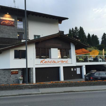 Hotel Restaurant Chesa: Chesa - angenehmes Restaurant, Aussichts-Terrasse