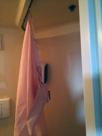 Le Subdray, França: Le coin douche/WC minuscule avec le rideau de douche qui se décroche...