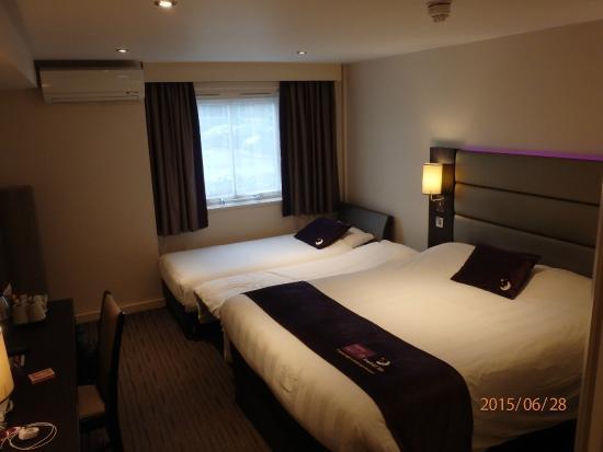 Premier Inn London Heathrow Airport (M4/J4) Hotel : Room with widow that open