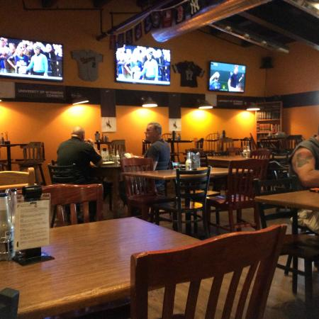 The Library Sports Grille & Brewery: Dining room