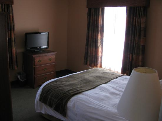 GrandStay Residential Suites Hotel - Sheboygan: One of the two bedrooms