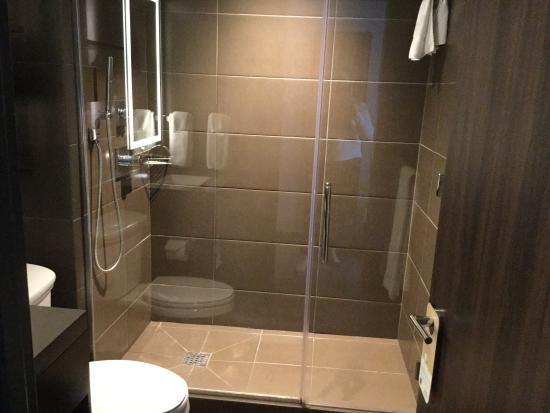 la salle de bain photo de novotel new york times square new york tripadvisor. Black Bedroom Furniture Sets. Home Design Ideas