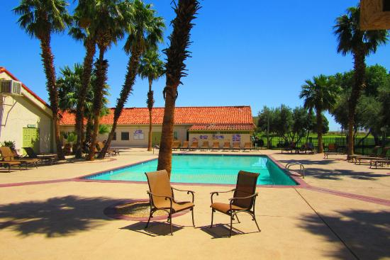 Sands Rv & Golf Resort: The pool area looking towards the games room
