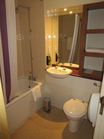 Premier Inn Glasgow (Milngavie) Hotel : dated bathroom