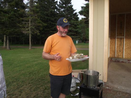 O'Leary, Canadá: After steaming the clams, John taught us how to eat them.