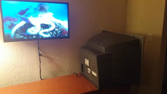 Days Inn & Suites Hayward: Old TV still in the room