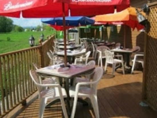 Disraeli, Canada: La terrasse bien reposante à l'arrière du restaurant.