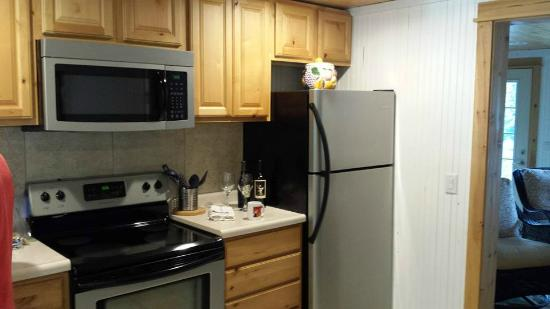 Maple Ridge Cottages: Kitchen