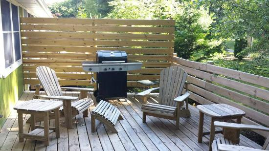 Maple Ridge Cottages: Back deck