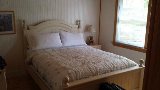 Maple Ridge Cottages: Bedroom