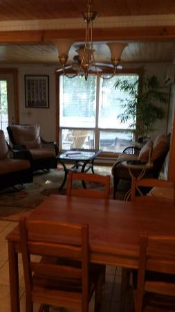 Maple Ridge Cottages: Living room