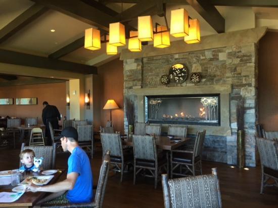 Portals Restaurant at Suncadia Resort: Fireplace in main dining area