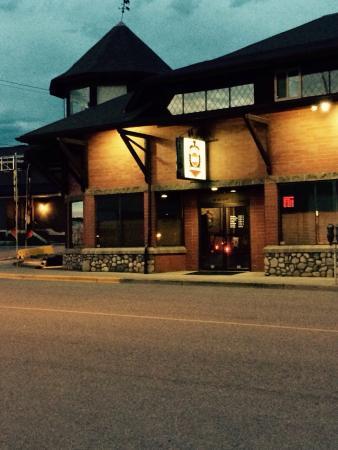 Вернон, Канада: They close the doors at eight.