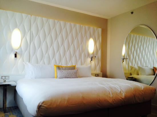 Renaissance Aix En Provence Hotel: Bed And A Big Mirror