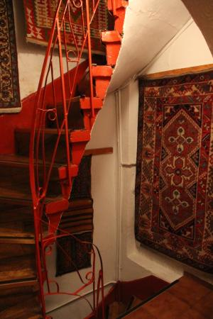 Terrace Guesthouse: Small windy staircase