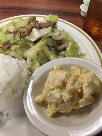 Lihue Barbeque Inn: Kalua Pig and Cabbage with mac salad