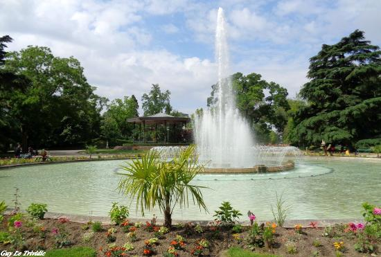 Kiosque musique et jet d 39 eau du grand rond picture of jardin du grand rond toulouse for Jardin grand rond toulouse
